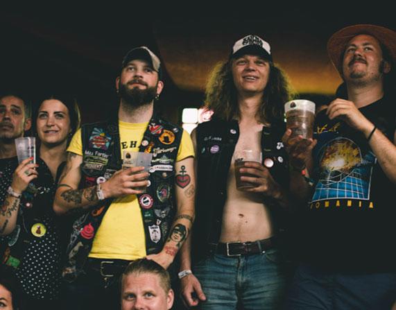 Azkena rock festival comida y bebida personas bebiendo