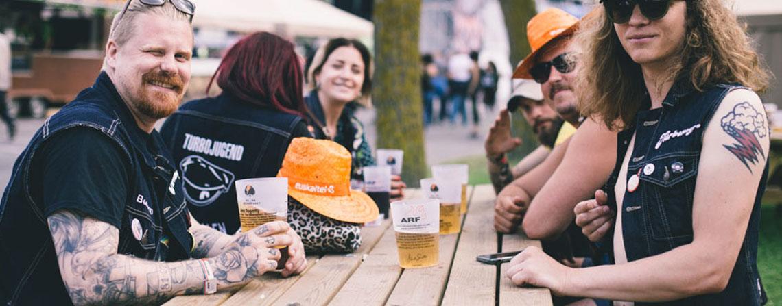 azkena rock festival comida y bebida personas mesas cervezas