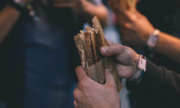 Comida y bebida azkena rock festival bocadillos